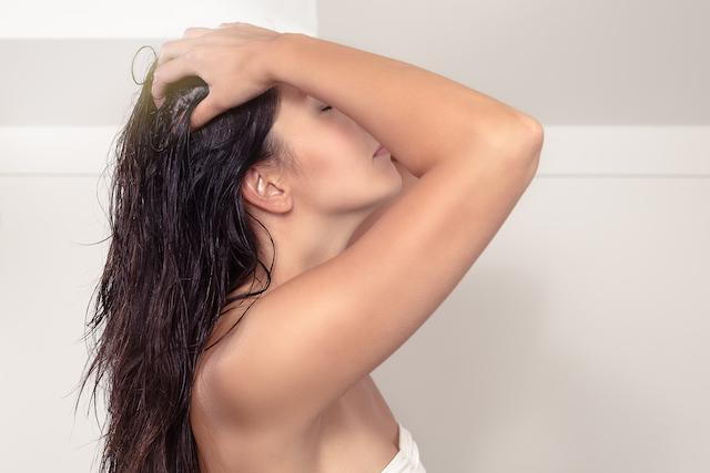 シャンプーをする女性