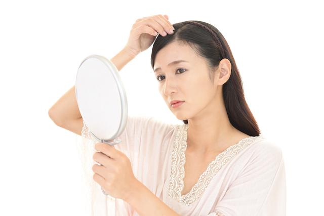 頭皮を気にする女性