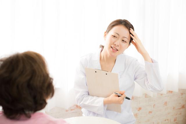 頭髪のことを専門医に相談する女性