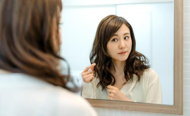 女性 鏡 髪