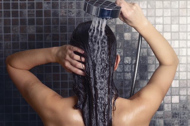髪をすすぐ女性