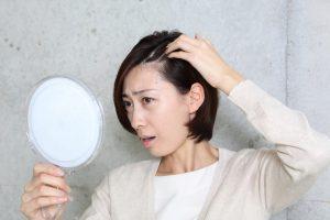 脱毛症に悩む女性
