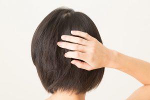 髪を気にする女性