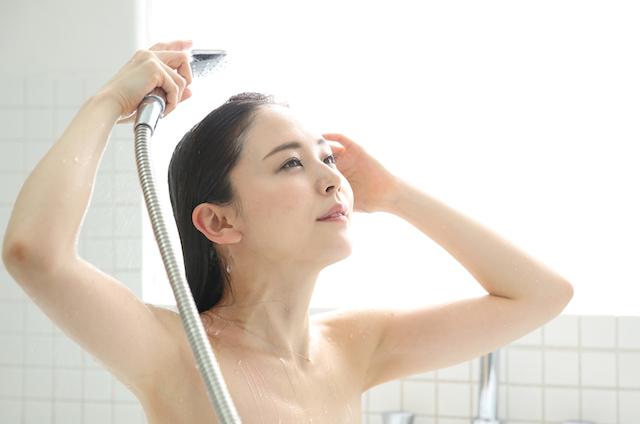 シャワーを掛ける女性