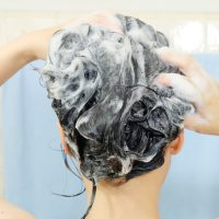 頭を洗う女性