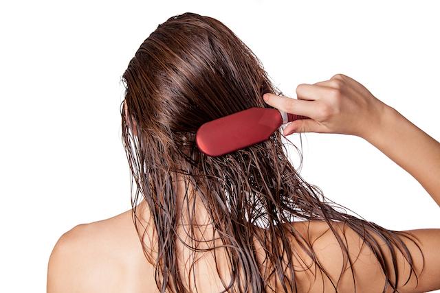 濡れた髪をブラッシングする女性